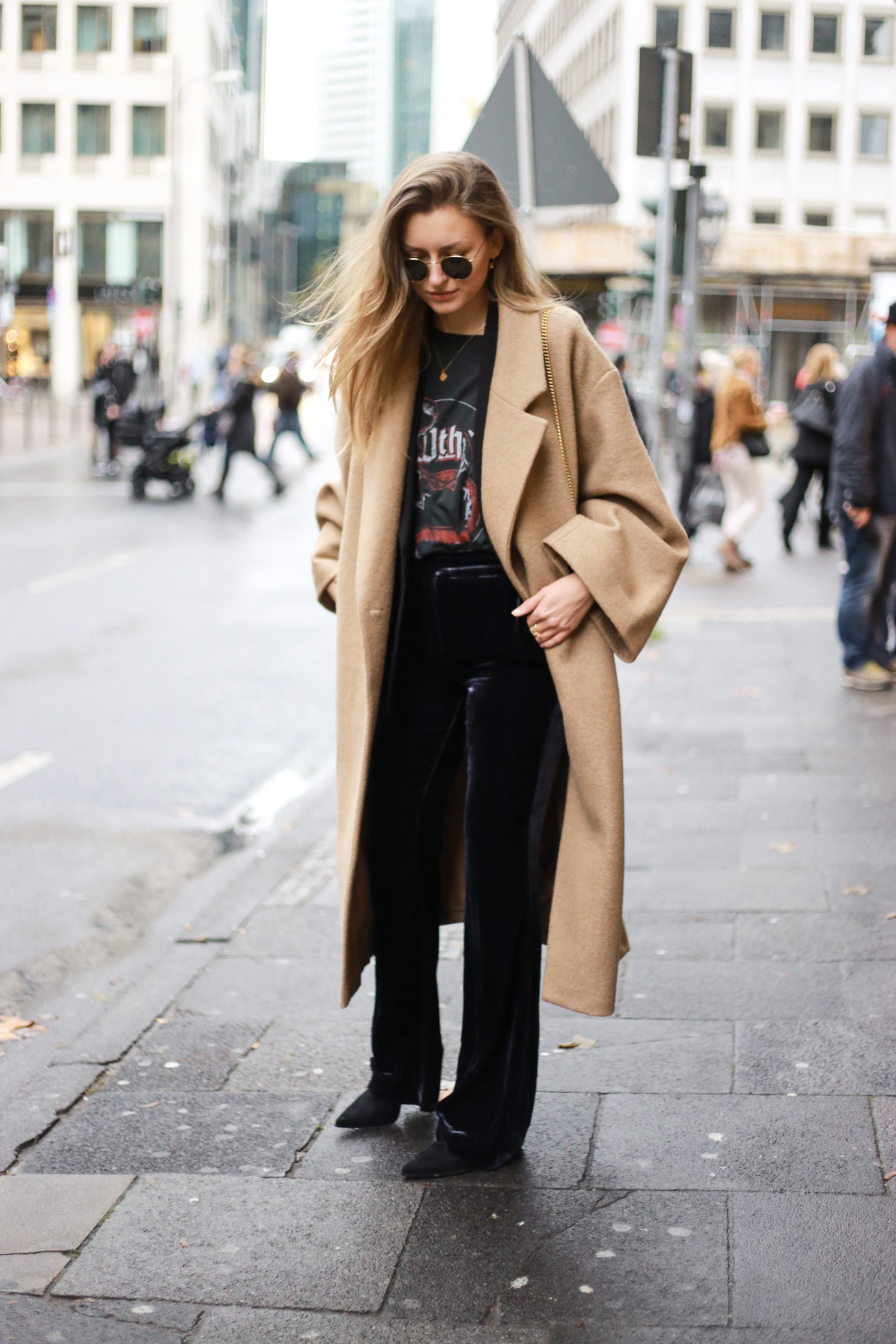 velvet-band-shirt-camel-coat-outfit-livia-auer-6515