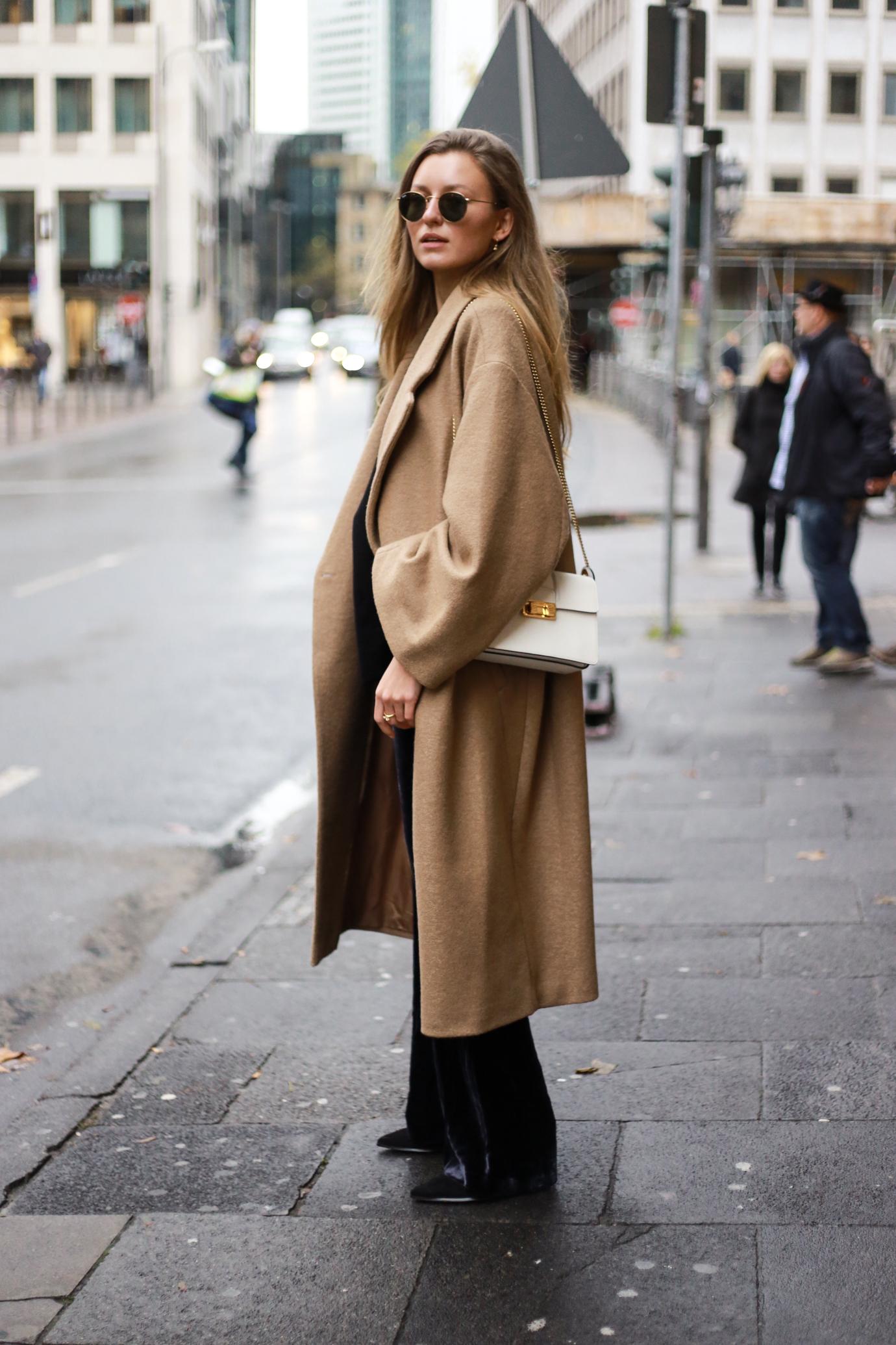 velvet-band-shirt-camel-coat-outfit-livia-auer-6524
