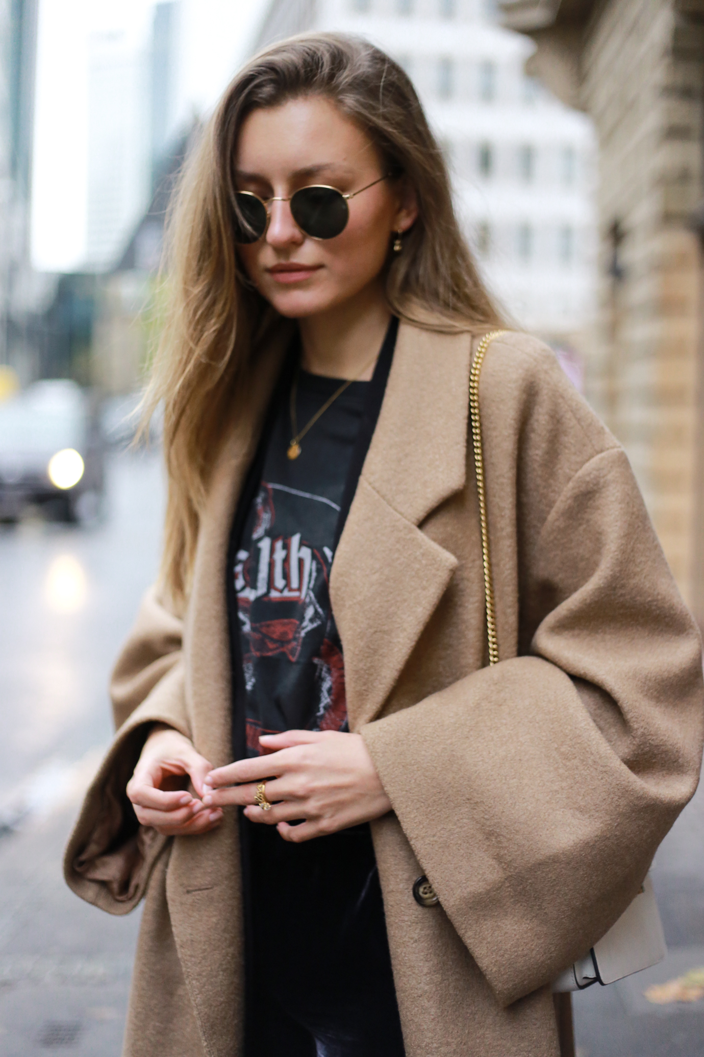velvet-band-shirt-camel-coat-outfit-livia-auer-6557