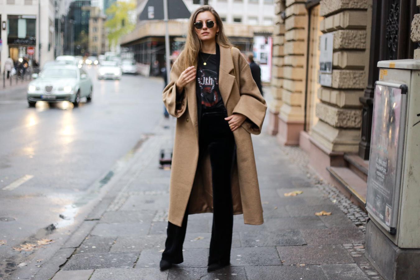 velvet-band-shirt-camel-coat-outfit-livia-auer-6575