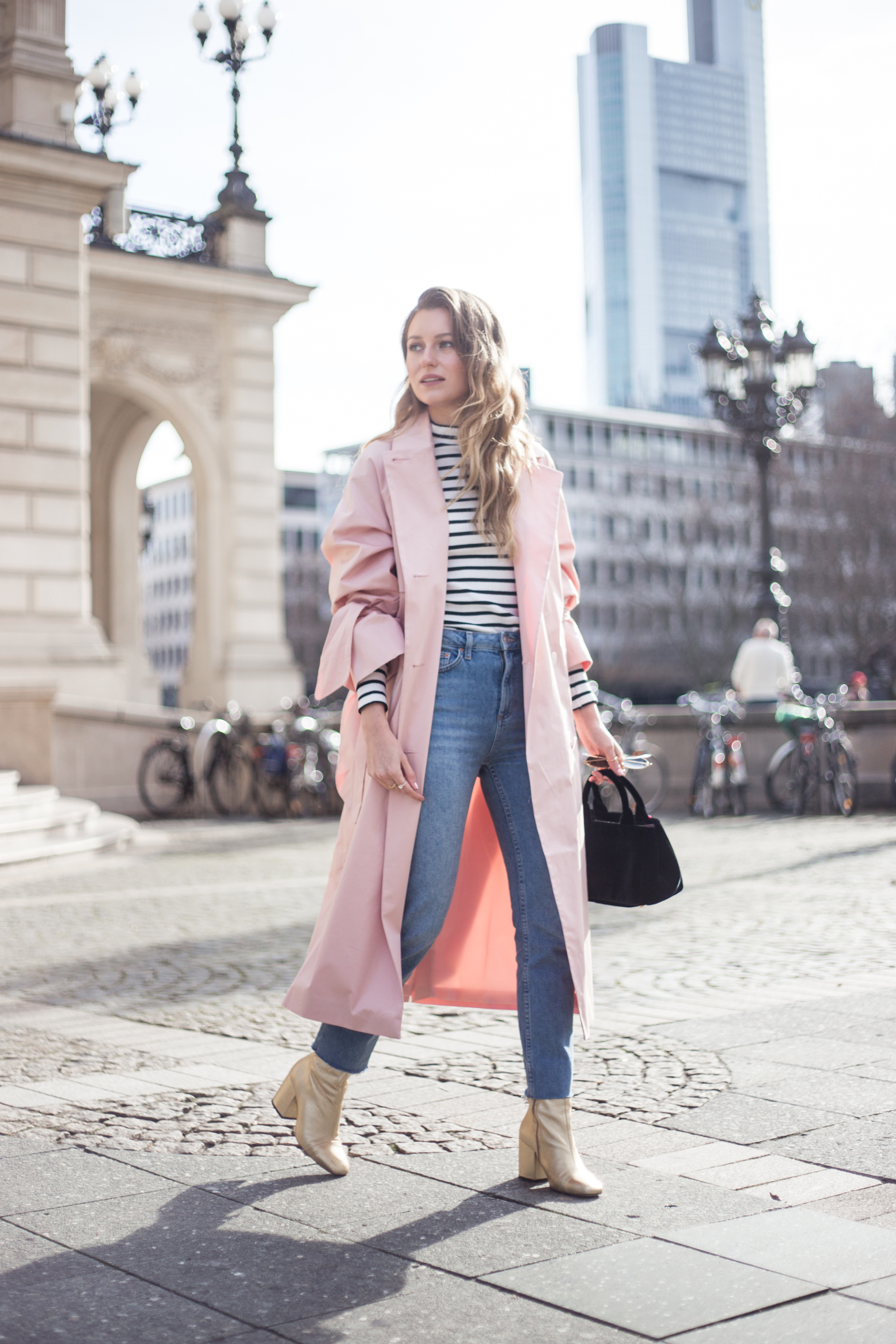 trenchcoat-outfit-prada-bag-velvet-0134