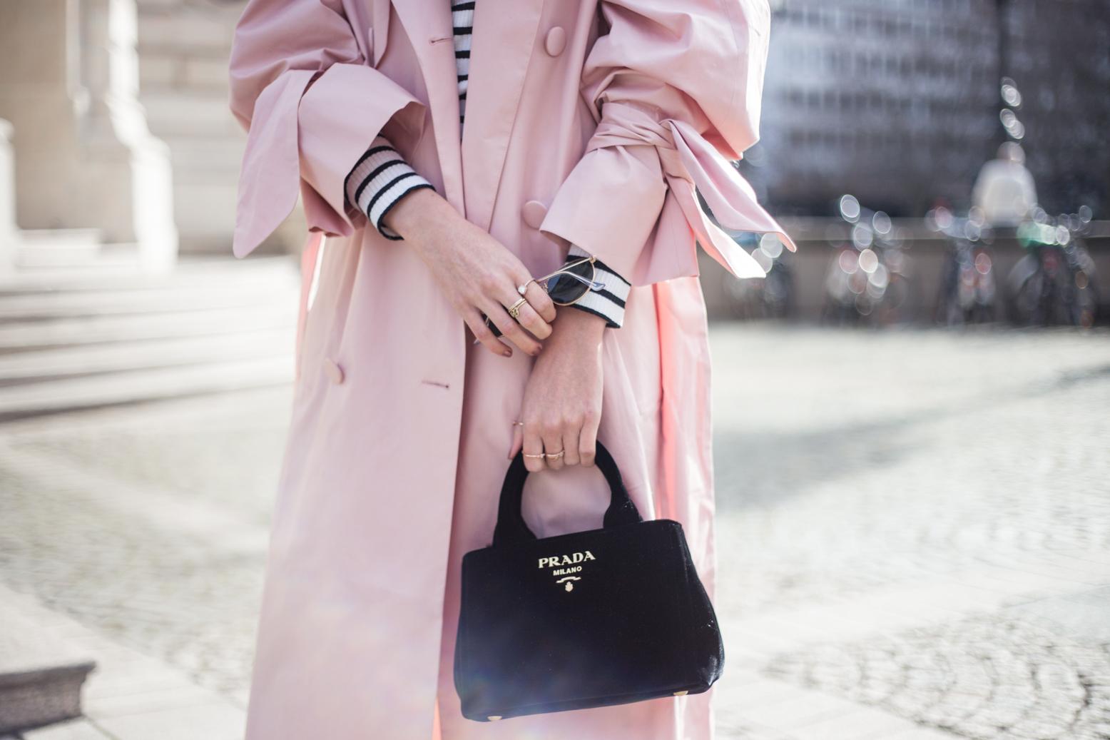 trenchcoat-outfit-prada-bag-velvet-0195