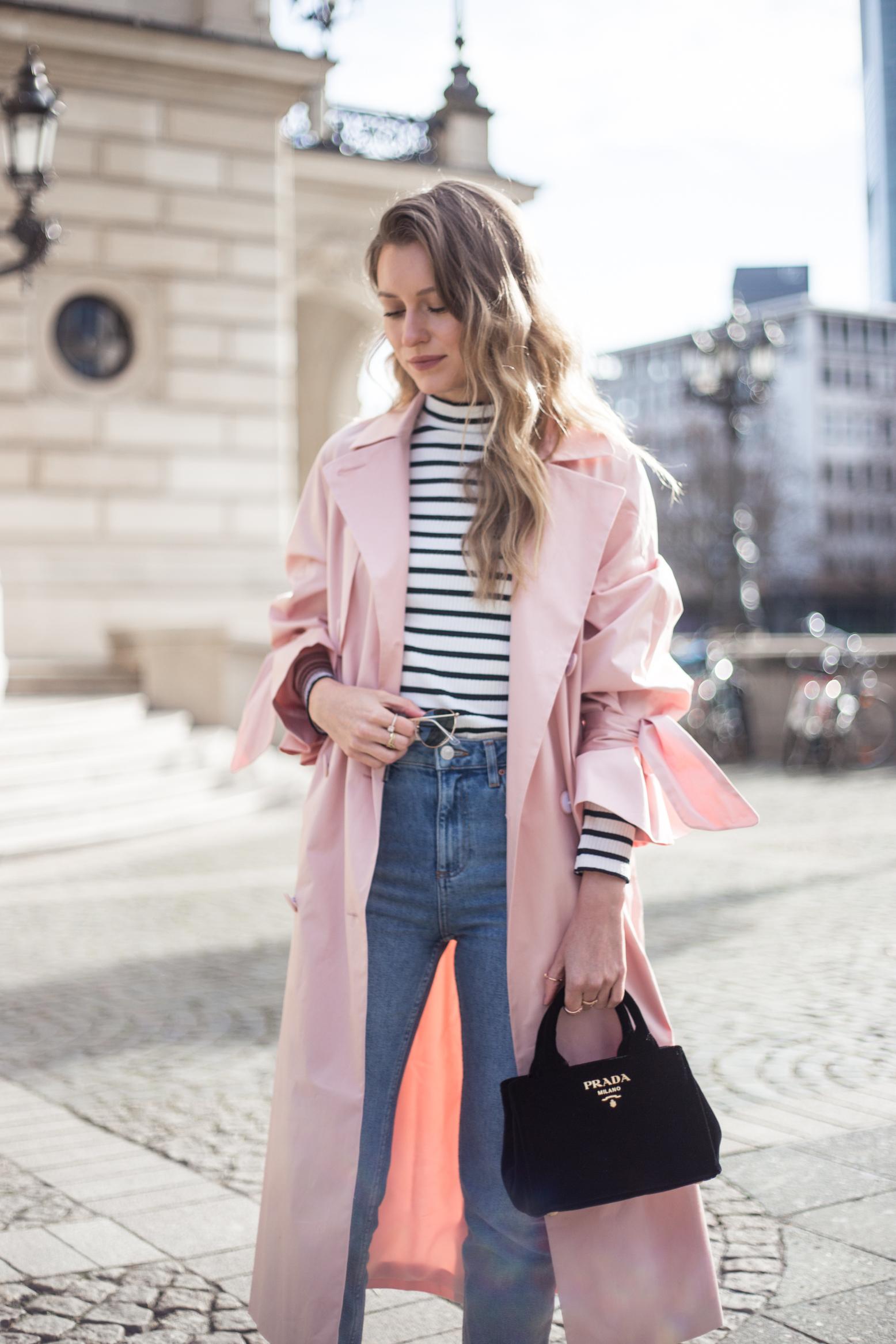trenchcoat-outfit-prada-bag-velvet-0248
